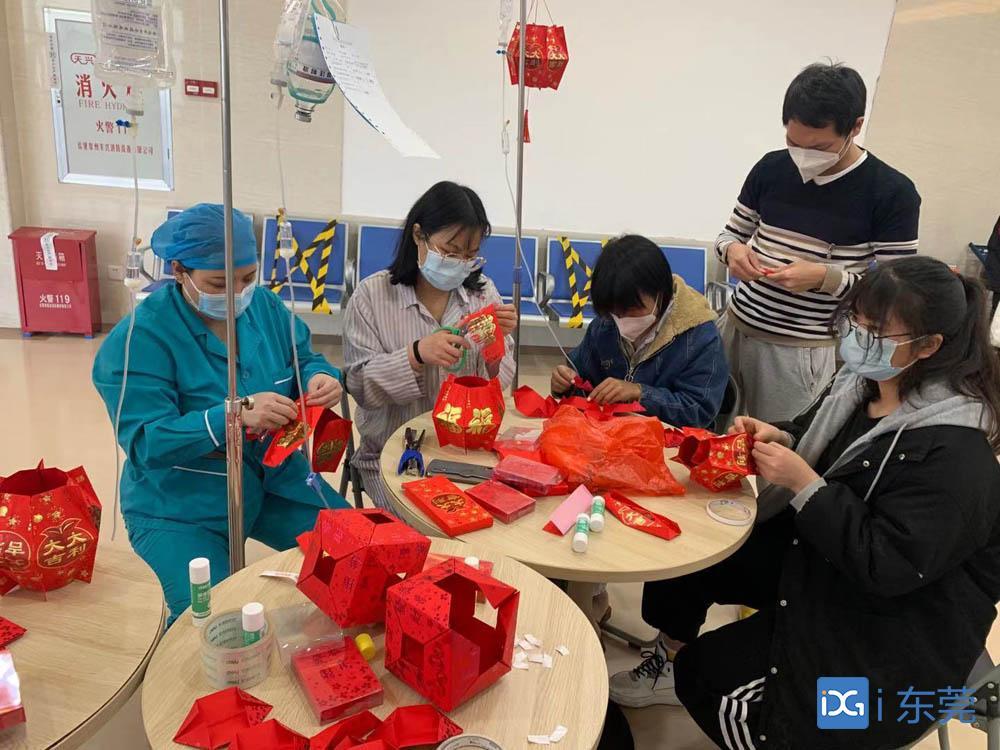 社工带住院病人做手工,感受春节祥和气氛
